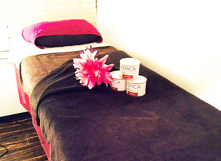 お部屋で準備をしてベッドでタオルをかけてお待ちいただきます。