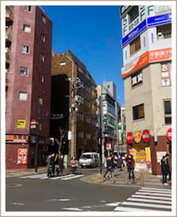 左右に吉野家と宝くじ売り場がある通りを真っ直ぐ進みます。<