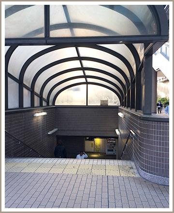 右方向に進むと三菱東京UFJ銀行があります。