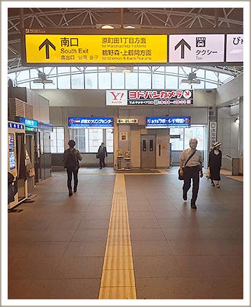 JR町田駅改札を通り過ぎると突き当りにヨドバシカメラの看板が見えます。